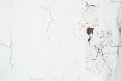 Eine alte schmutzige Zementwand mit einem Rost und Sprüngen Lizenzfreies Stockfoto