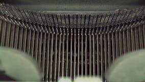 Eine alte Schulschreibmaschine Die Schlüsselbewegung als Buchstaben werden gedrückt stock footage