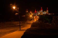 Eine alte Stadt der schönen Beleuchtung nachts Stockbild