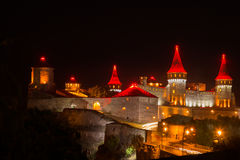 Eine alte Stadt der schönen Beleuchtung nachts Lizenzfreie Stockfotos