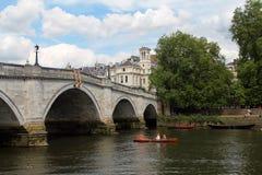 Eine alte Steinbrücke über dem Fluss in Richmond Stockbilder