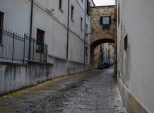 Eine alte Steingasse mit einer U-Bahn in Palermo Lizenzfreies Stockbild