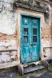 Eine alte Tür auf Altbau lizenzfreies stockfoto
