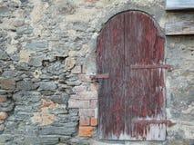 Eine alte Tür in der Wand Lizenzfreie Stockfotografie