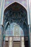Eine alte Tür mit einem Bogen und Verzierung in einer alten arabischen Art Stockfotografie