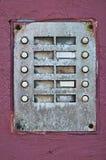 Eine alte Türklingel mit 10 Knöpfen Stockfotos