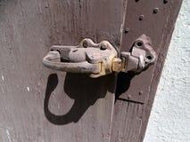Eine alte Türklinke angebracht an einem hölzernen Tor in ein altes Idaho-Gefängnis stockfotografie