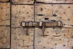 Eine alte Türklinke auf einer rauen Holztür Lizenzfreie Stockfotos