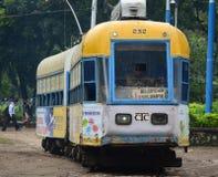 Eine alte Tram, die auf der Bahn in Kolkata, Indien läuft Stockfoto