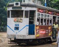 Eine alte Tram, die auf der Bahn in Kolkata, Indien läuft Stockfotografie