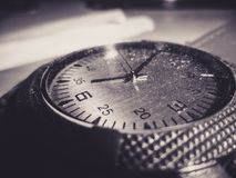 Eine alte Uhr mit Staub auf ihm lizenzfreies stockfoto