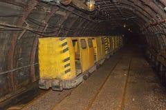 Eine alte, verlassene Kohlengrube und ein Bergwerkzug Kohlenbergbau in der Tiefbaugrube Lizenzfreie Stockfotos