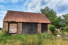 Eine alte verlassene Scheune in der Landschaft in der Tschechischen Republik Sommertag am Bauernhof Stockbilder