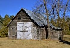 Eine alte verwitterte Halle oder eine Garage Lizenzfreies Stockfoto