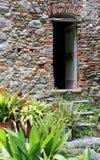 Eine alte verwitterte Tür in Toirano Lizenzfreie Stockbilder