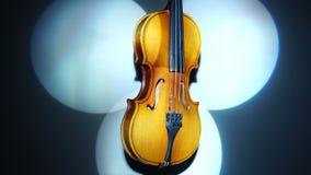 Eine alte Violine in drei drehenden Lichtstrahlen stock video footage