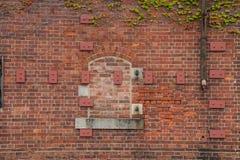 Eine alte Wand des roten Backsteins Stockfoto