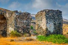 Eine alte Wand mit einem Bogen des Steins errichtet in den Bergen Lizenzfreie Stockbilder