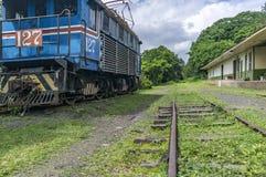 Eine alte weggeworfene elektrische Lokomotive nahe bei dem Rio Grande-Bahnmuseum Lizenzfreies Stockfoto