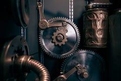 Eine alte Weinlesewand mit Mechanismen in der steampunk Art Lizenzfreie Stockbilder