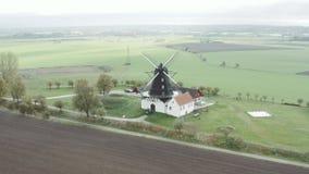 Eine alte Windmühle in Süd-Schweden stock video