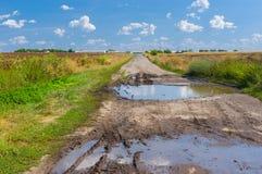 Eine alte zerstörte Straße zum Bauernhof Stockfotografie