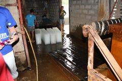 Eine Alteisanlage in einem Fernprovinzstandort in den Philippinen kämpft, um seine Eisblockproduktion unter Wasser qualit zu halt stockfotos