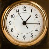 Eine altmodische goldene Borduhr. Makro Stockfotografie