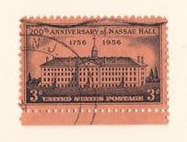 Eine amerikanische Briefmarke der alten rosa Weinlese, die den 200. Jahrestag von Nassau Hall im Jahre 1956 feiert Stockbild