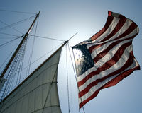 Eine amerikanische Flagge auf einer Segeln-Lieferung lizenzfreie stockfotografie