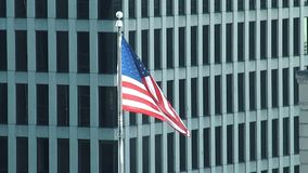 Eine amerikanische Flagge fliegt stolz in den Wind stock footage