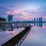 Eine Anlegestelle an einem See während der blauen Stunde Stockbild