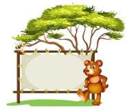 Eine Anschlagtafel, ein Bär und eine Honigbiene Stockbild