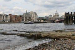 Eine Ansicht über das Heilige Paul Cathedral und die Themse Stockbild