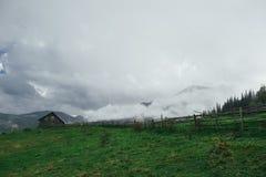 Eine Ansicht über das Karpatenkiefernholzhaus Lizenzfreie Stockfotos