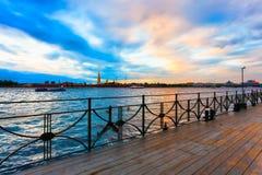 Eine Ansicht über das Neva-Flusskai in St Petersburg lizenzfreies stockfoto