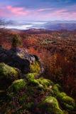 Eine Ansicht über das Tal von der Spitze des Berges Stockfotografie