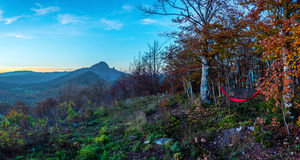 Eine Ansicht über den Berg Klek von einer Hängematte Lizenzfreie Stockfotos