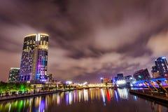 Eine Ansicht über den Yarra-Fluss am Markstein von Melbourne im Stadtzentrum gelegen Lizenzfreies Stockbild