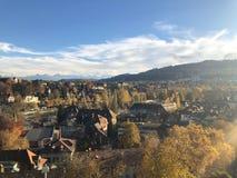 Eine Ansicht über die Hauptstadt von der Schweiz Bern an einem sonnigen Herbsttag stockfotografie