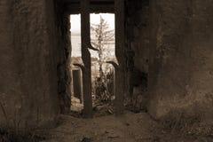Eine Ansicht über Fenster mit Gitter in der Sepiafarbe Stockfotos