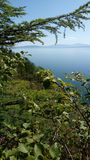Eine Ansicht über Ochotsk-Meer von den Bergen stockbilder