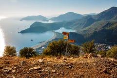 Eine Ansicht über Oludeniz-Bucht auf der Mittelmeerküste von der Türkei Lizenzfreies Stockfoto