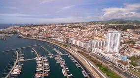 Eine Ansicht über Ponta Delgada vom Jachthafen, Sao Miguel, Azoren, Portugal Festgemachte Yachten und Boote entlang den Hafenpier Lizenzfreie Stockfotografie