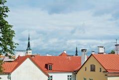 Eine Ansicht über rote Ziegeldächer von weißen und gelben Häusern von Tallin Lizenzfreie Stockfotografie