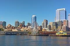 Eine Ansicht über Seattle im Stadtzentrum gelegen vom Wasser von Puget Sound Lizenzfreie Stockfotografie