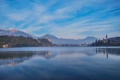 Eine Ansicht am Berg durch den ausgebluteten See Lizenzfreies Stockfoto