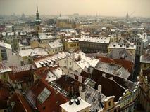 Eine Ansicht an den Dachspitzen von Prag, Kontrollrepublik lizenzfreies stockbild
