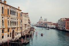 Eine Ansicht an den Straßen und am Wasser von Venedig vom Accademia Bri Stockfotos