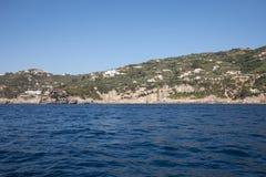 Eine Ansicht der Amalfi-Küste zwischen Sorrent und Positano Kampanien Lizenzfreies Stockfoto